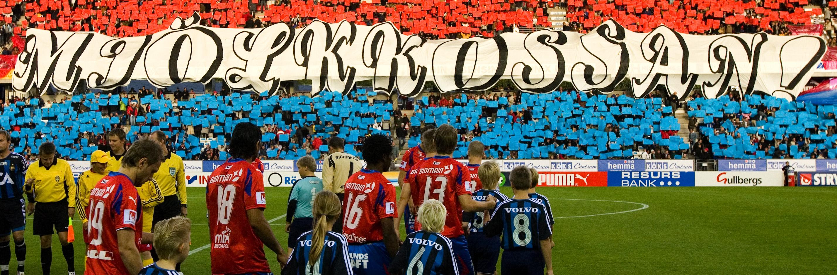 070903 Fotboll, allsvenskan, Helsingborg - DjurgŒrden: Banderoll Mjšlkkossan. LŠktare, publik. © BildbyrŒn - 62695